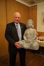 Christoph Wadl mit der Budda Statue